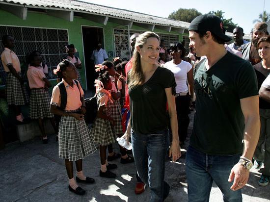 2006年,俩人访问海地太子港一所学校,并首次公开关系