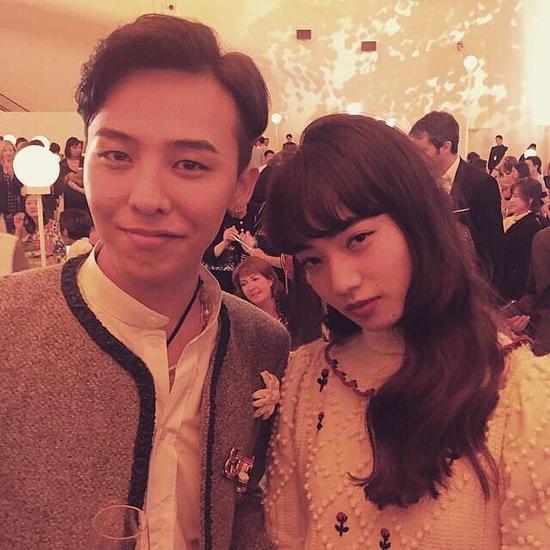 两人在香奈儿秀场有爱合影