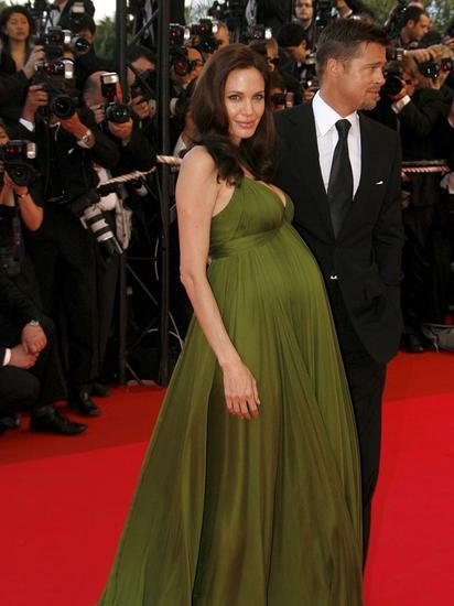 2008年,朱莉挺孕肚与皮特亮相红毯