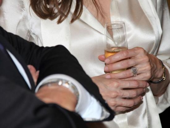 2012年,皮特和朱莉亮相活动,朱莉手上出现了订婚戒指