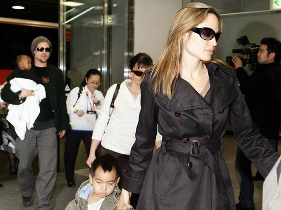 2005年,朱莉带娃与皮特宣传《史密斯夫妇》