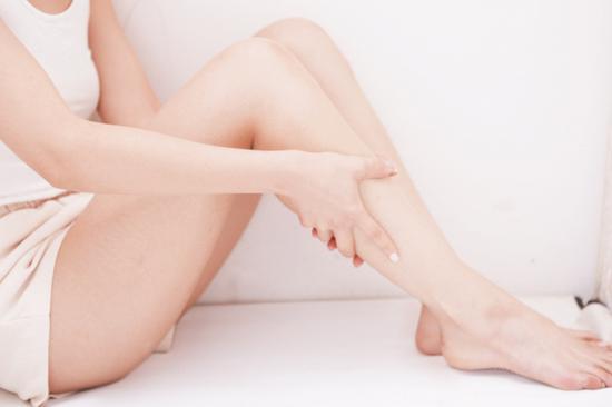 3,按摩至膝盖处,从脚裸一直向上按摩至膝盖,稍加用力重复三次即可.