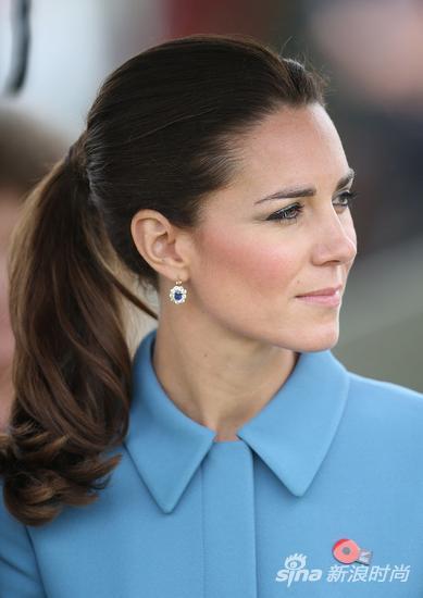 2011年出访加拿大时也佩戴了这套蓝宝石耳坠
