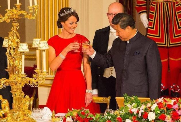 凯特佩戴Lotus莲花冠冕与习近平主席碰杯