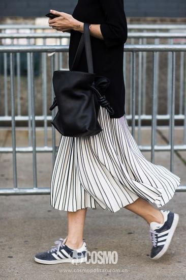 百褶裙:黑白色