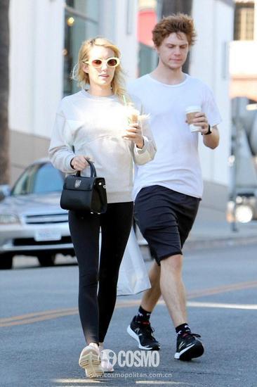 Emma Roberts 出街穿得也是Sneakers