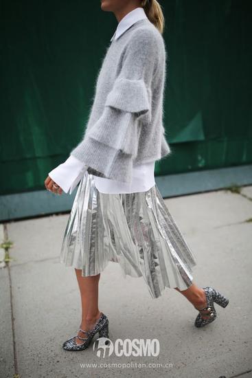 其实今年街拍中有很多新的毛衣款式,各种在毛衣的细节上做文章,让人看到就觉得爱不释手……