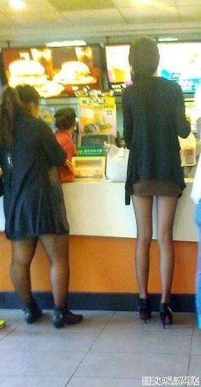 有了美腿,撞衫也没在怕的!