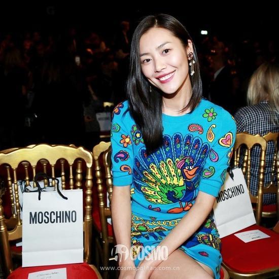 时装周2017MOSCHINO秀场,刘雯就穿了一身针织印花毛衣套装