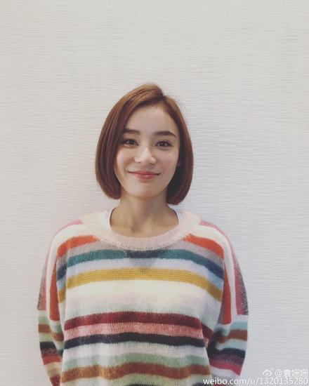 你们的新晋穿衣icon袁姗姗也在微博上晒出了自己的毛衣LOOK