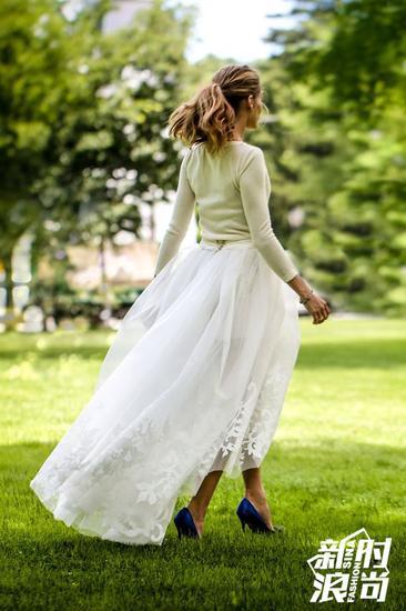 Olivia Palermo穿蓝色MB高跟鞋