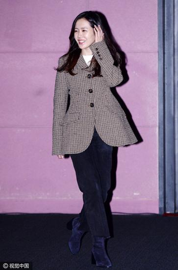孙艺珍一身中外套+毛边牛仔+麂皮短靴