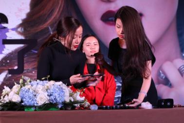 a34a875884814f4ea6c2d064b82dc30e_thYuli与Michelle Phan交流彩妆技巧