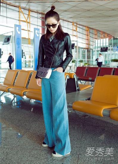 修身款式的黑色皮衣外套牛仔阔腿裤