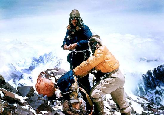 新西兰登山家Sir Edmund Percival Hillary(左)和他的登山协助夏尔巴人Tenzing Norgay(右)