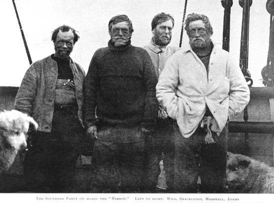 """英国探险家Sir Ernest Shackleton(左二)1907年和同伴在南极科考船""""探险号""""上"""