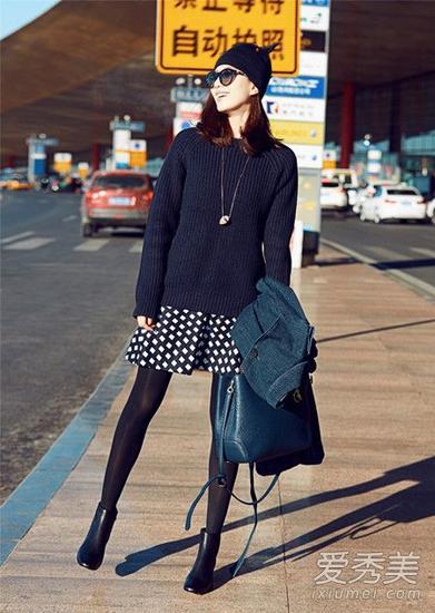 深色毛衣搭配波点短裙