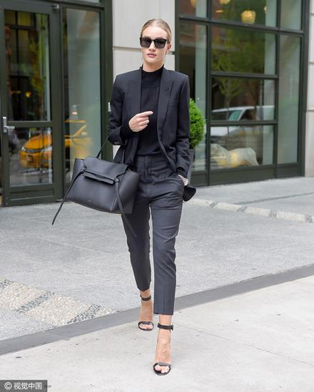 黑色西服内搭黑色高领衫