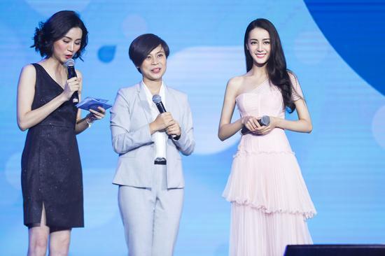宝洁大中华区女性护理品类市场副总裁杨珊珊女士与代言人迪丽热巴台上共同完成极限洗衣机实验