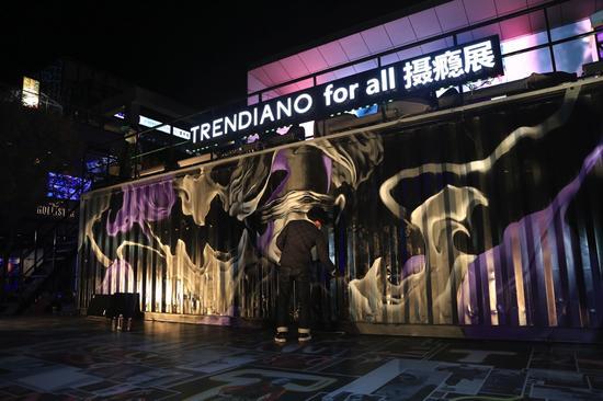 TRENDIANO邀请中国知名艺术家林子楠作为本次活动的涂鸦师在集装箱墙体外现场创作