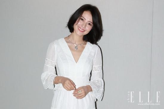 高圆圆一身仙气十足的V领白裙亮相活动