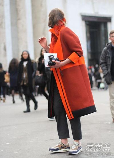 深浅不一的橙色系大衣