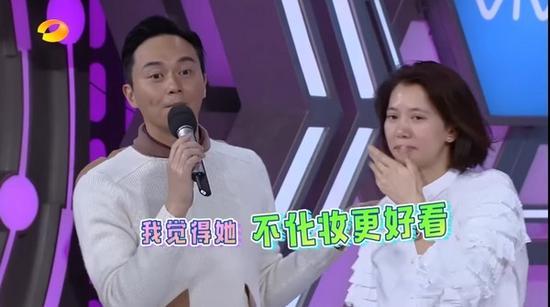老公连连夸赞老婆:不化妆更好看