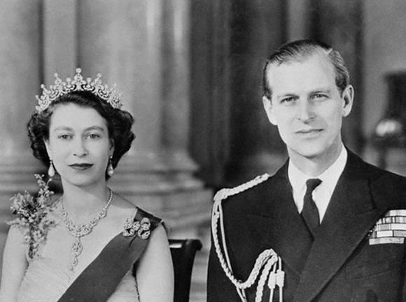 """佩戴""""大英帝国和爱尔兰女孩冠冕""""的女王和菲利普亲王"""