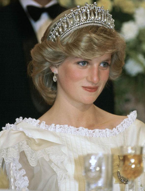 """戴安娜王妃佩戴修改过的""""剑桥情人节王冠""""(Cambridge Lovers Knot Tiara)"""