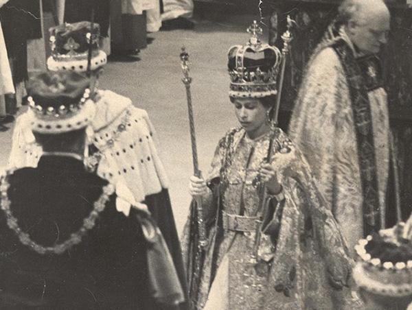 """女王加冕时佩戴的""""圣爱德华王冠"""""""