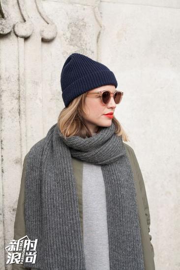 时尚达人示范毛线帽戴法