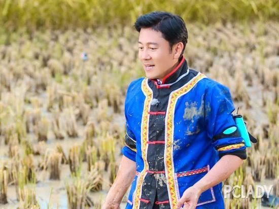 48岁蔡国庆不老神功:干搓脸+踮脚对抗地心引力