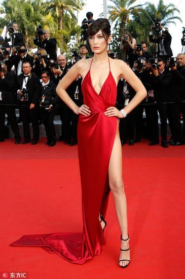 Bella穿高开叉红裙