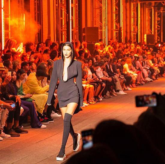 Bella Hadid参加时装周