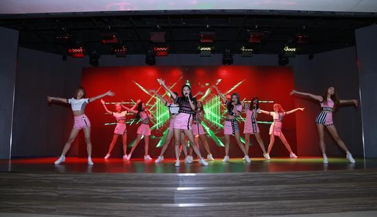 偶像组合ASTRO12为大家带来一场青春无敌的开场歌舞