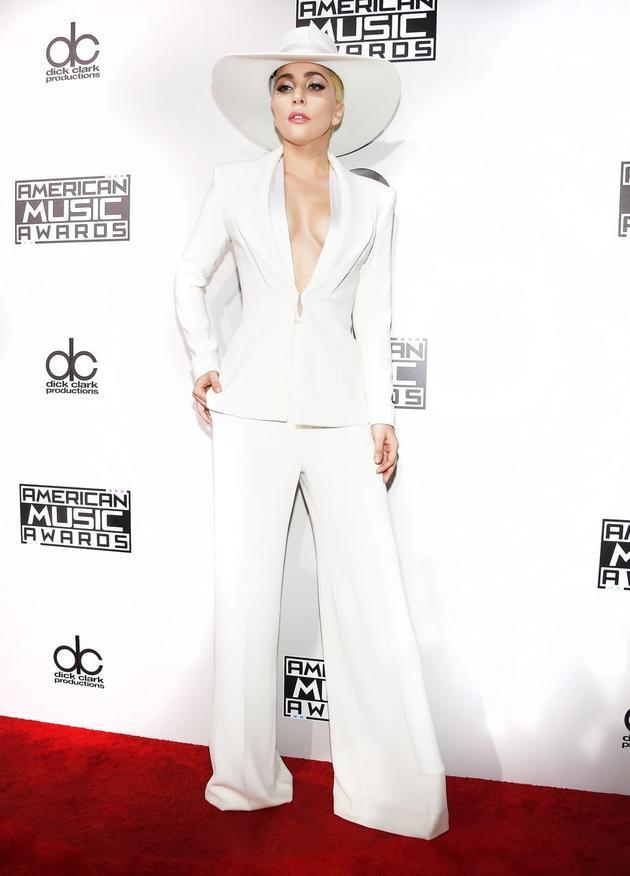 Lady Gaga身着Brandon Maxwell西服套装没有佩戴任何