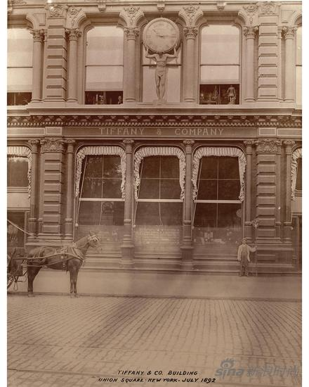 """蒂芙尼在精品店入口上方设置的第一座Atlas大力神巨型时钟,这座时钟代表了纽约的城市节奏,开启了蒂芙尼作为""""纽约创时人""""的历史"""