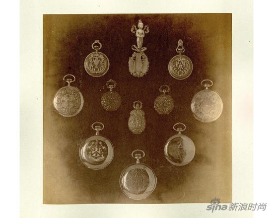 1893年,芝加哥世界博览会上,蒂芙尼凭借男士怀表和镶嵌珠宝的女士胸针表荣膺最高大奖