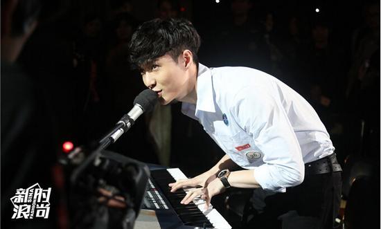张艺兴穿白衬衫弹琴