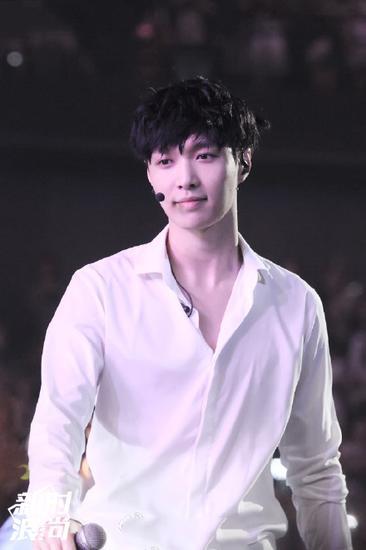 张艺兴演唱会穿白衬衫