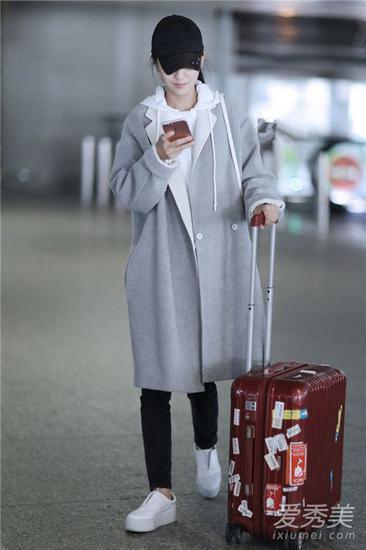佟丽娅现身机场