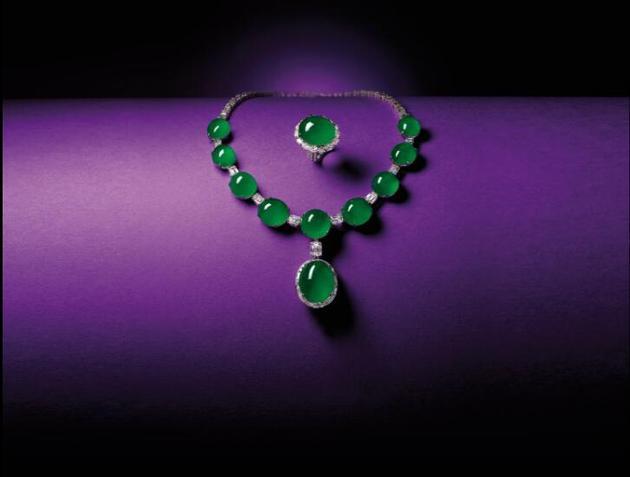 天然翡翠配钻石吊坠项链及戒指套装于2014年在天成国际拍卖出92,040,000港元,约合人民币8200万元的高价。创翡翠蛋面套装世界拍卖纪录。