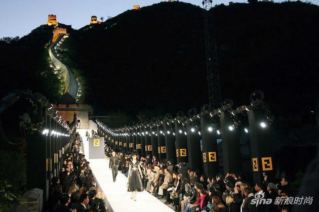 2007年,老佛爷还在长城上为Fendi成功举办一场时尚汇演