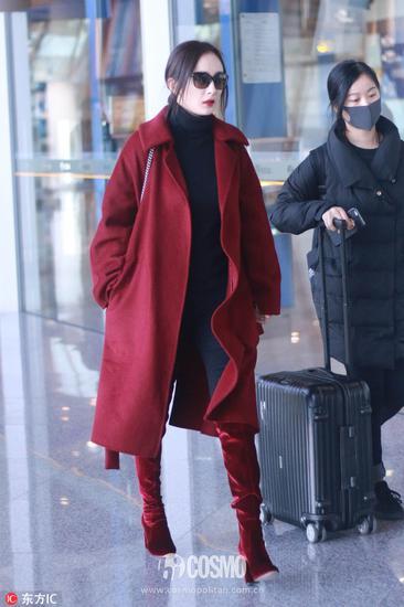 杨幂穿枣红色超长大衣