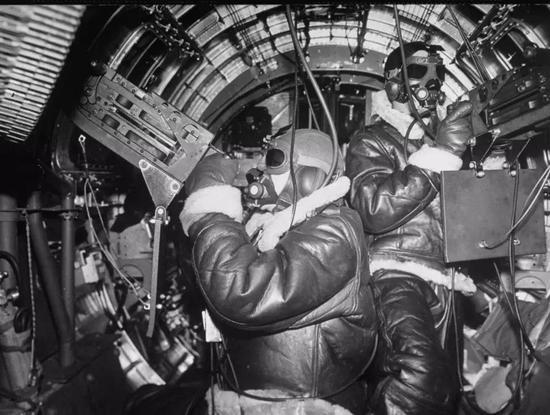 B-17轰炸机中执行任务的射击手们
