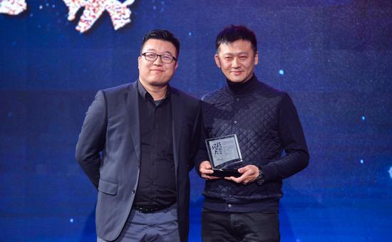 Enjoy雅趣创始人兼CEO赵佶(左)为瑜舍中餐厅行政总厨李冬颁发奖杯