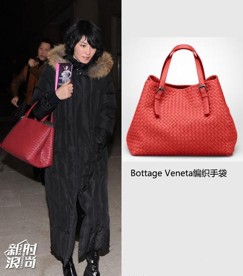 王菲挎Bottega Veneta红色包包