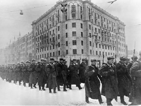 莫斯科保卫战中参加红场阅兵的苏军兵哥哥们集体戴着苏联毛帽
