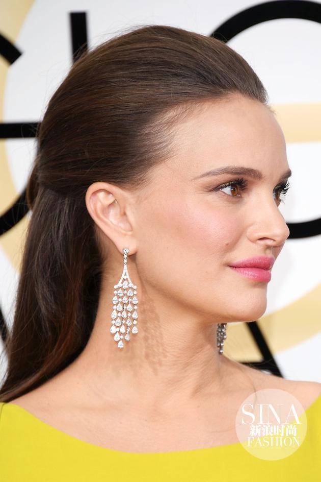 娜塔莉·波特曼(Natalie Portman)佩戴蒂芙尼钻石流苏耳坠、铂金镶嵌黄钻与白钻戒指