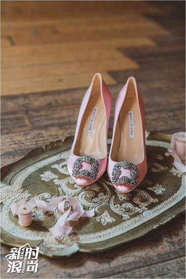 粉嫩的 Manolo Blahnik方扣高跟鞋